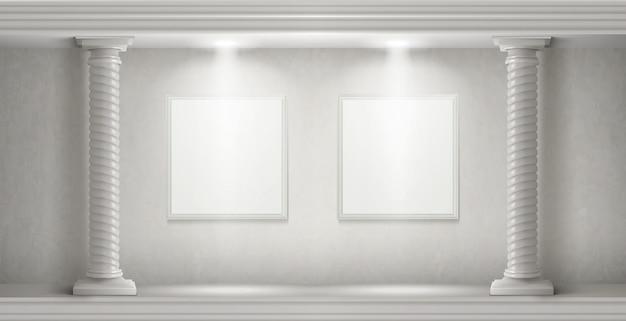 Interno del museo con colonne e dipinti in bianco