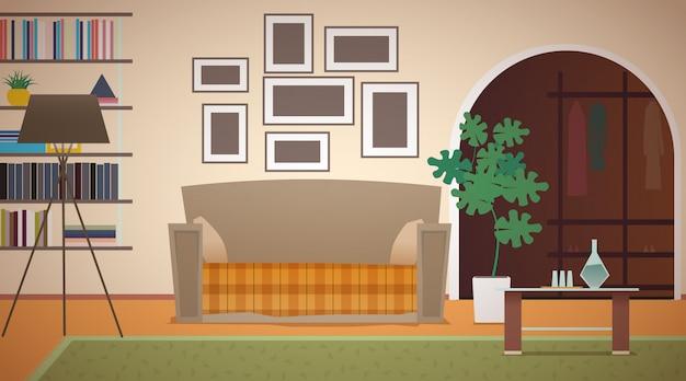Interno del soggiorno in appartamento. scaffali per libri, lampada da terra, grande pianta verde, molte immagini appese al muro