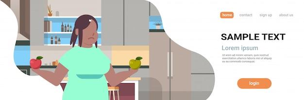 Interno moderno della cucina di nutrizione sana di concetto di dieta di frutta di cibo della ragazza delle mele della tenuta della donna