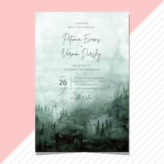 Invito a nozze con sfondo acquerello verde foresta nebbiosa