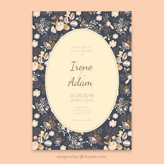 Invito a nozze con stile disegnato di fiori in mano