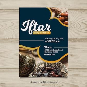 Invito Iftar con cibo e tè in stile piatto