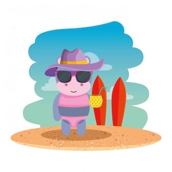 Ippopotamo femmina carino con cappello estivo e ananas cocktail sulla spiaggia