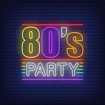 Iscrizione al neon della festa degli anni ottanta