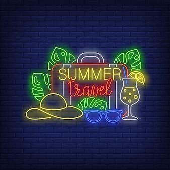 Iscrizione al neon summer travel, valigia, cappello, cocktail