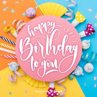 Iscrizione di buon compleanno con torta