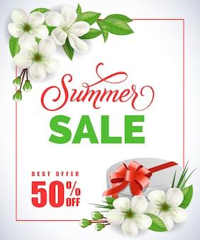 Iscrizione di vendita di estate con nel telaio con i fiori della mela e contenitore di regalo su fondo bianco