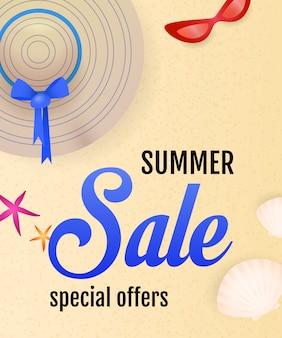 Iscrizione di vendita di estate con spiaggia, conchiglie, cappello e occhiali da sole