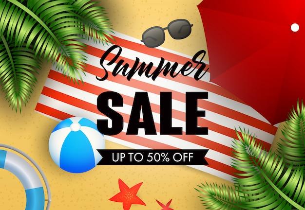 Iscrizione di vendita di estate con tappetino da spiaggia, palla e ombrello