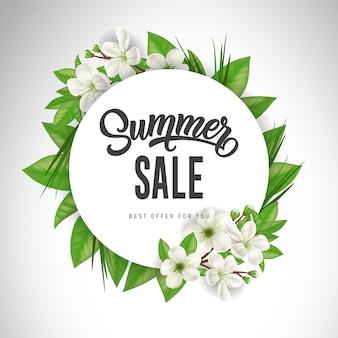 Iscrizione di vendita di estate in cerchio con fiori bianchi e foglie. offerta o vendita pubblicitaria