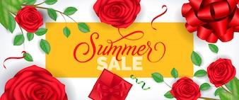 Iscrizione di vendita di estate in cornice gialla con rose e coriandoli su sfondo bianco.