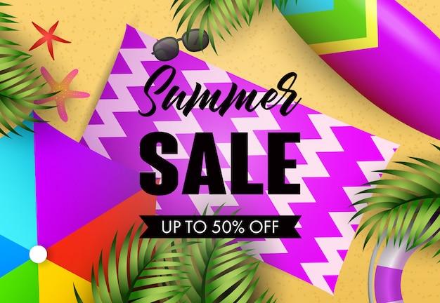 Iscrizione di vendita estiva con tappetino da spiaggia e foglie tropicali