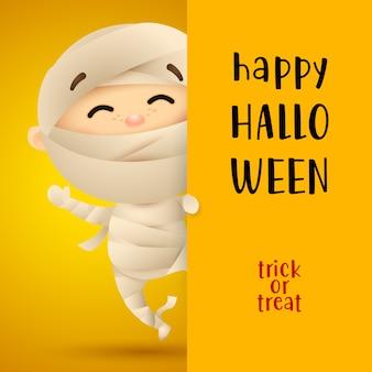 Iscrizione felice di halloween con il bambino in costume della mummia
