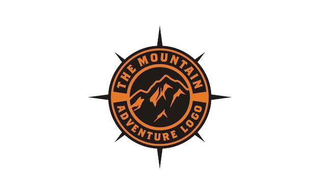 Ispirazione di progettazione di logo di avventura di montagna distintivo