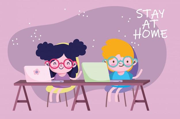 Istruzione online, stare a casa, bambini studenti con studio portatile in scrivania