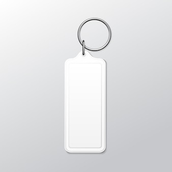 Keychain quadrato in bianco con l'anello e la catena per la chiave isolata su fondo bianco