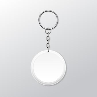 Keychain rotondo in bianco con l'anello e la catena per la chiave isolata su fondo bianco