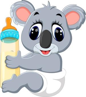 Koala del bambino che tiene la bottiglia per il latte