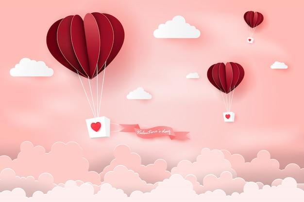 L'aerostato di aria del cuore ha fatto galleggiare gli origami sopra cielo blu