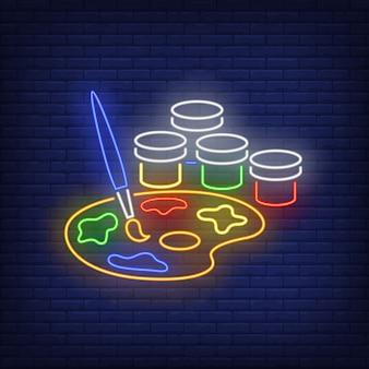 L'artista dipinge l'insegna al neon