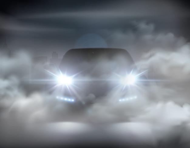 L'automobile si accende realistica nel concetto dell'estratto della composizione nella nebbia con l'automobile d'argento all'illustrazione di notte