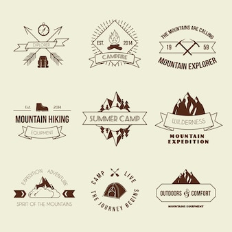 L'avventura della montagna di campeggio che fa un'escursione le etichette dell'attrezzatura dell'esploratore o l'insieme del distintivo ha isolato l'illustrazione