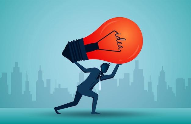 L'illustrazione di un uomo d'affari sta sollevando la lampadina sopra la testa.