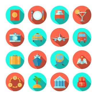 L'insieme del piano dell'icona di viaggio con i simboli di vacanza estiva e del turista ha isolato l'illustrazione di vettore
