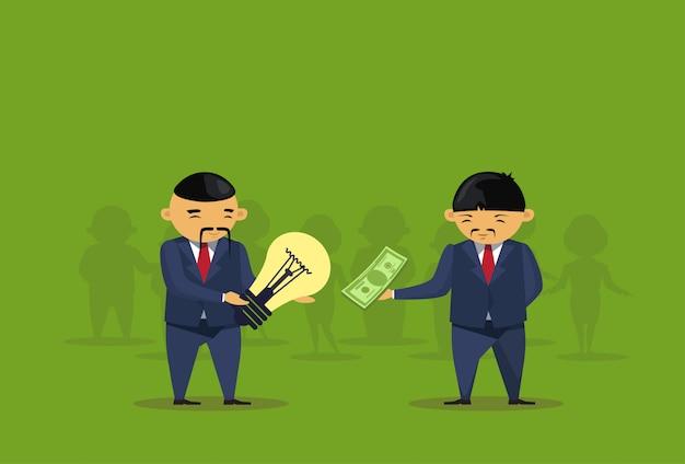 L'uomo asiatico di busiens compra la transazione della lampadina di idea per soldi
