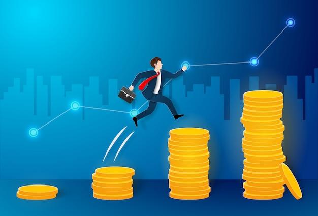 L'uomo d'affari che salta su molte monete verso l'obiettivo più grande e raggiunge l'obiettivo