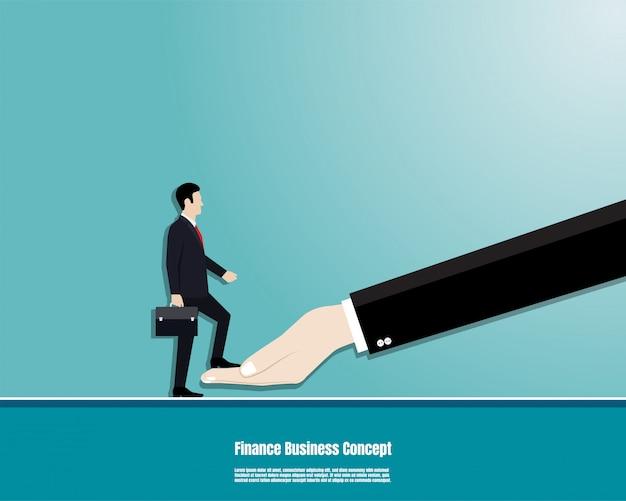 L'uomo d'affari con la cartella cammina sulla mano del capo all'obiettivo