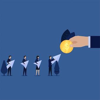 L'uomo d'affari dà l'icona di clic per metafora della moneta di paga per clic.