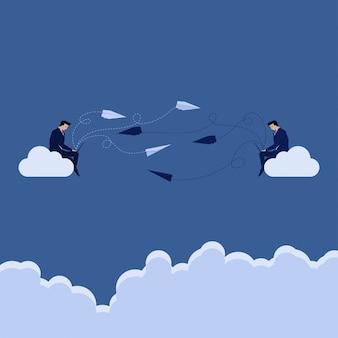L'uomo d'affari due si siede sulla nuvola.
