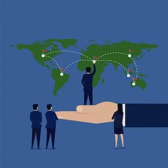 L'uomo d'affari ha messo la bandiera all'azienda di espansione della mappa di mondo.