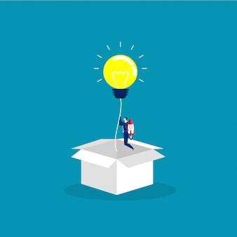 L'uomo d'affari inizia con la lampadina di idea leggera espulsa dalla scatola di cartone. concetto di startup, idea creativa, leadership, successo aziendale o ispirazione. vettore