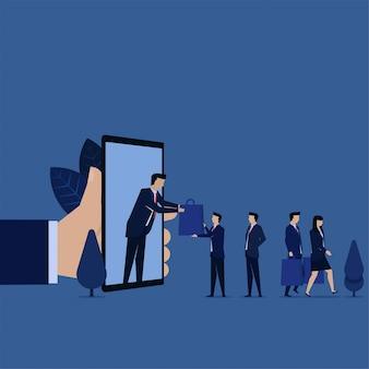 L'uomo d'affari ottiene il negozio della borsa sulla metafora del telefono di compera online.