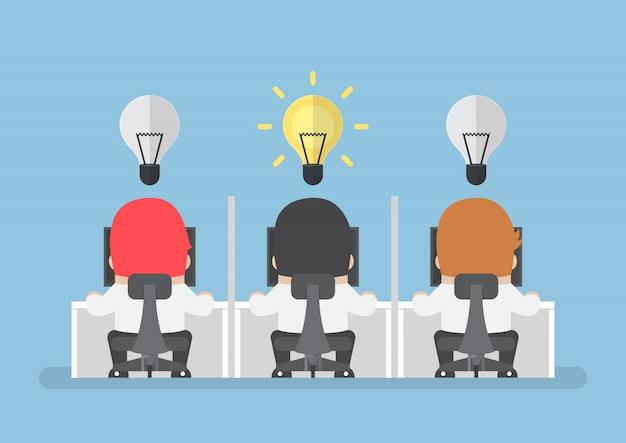 L'uomo d'affari ottiene la nuova idea con la lampadina sopra la sua testa