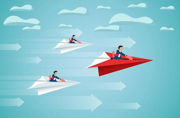 L'uomo d'affari si siede sulla mosca rossa della concorrenza dell'aereo di carta fino al cielo va all'obiettivo di successo.