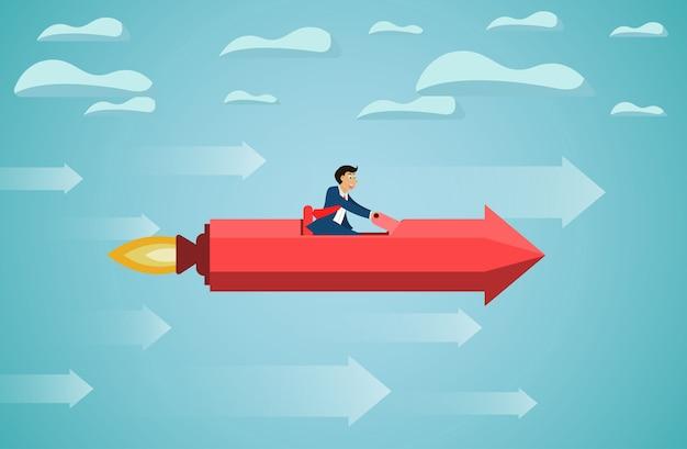 L'uomo d'affari si siede sulla mosca rossa della freccia del razzo sul cielo va all'obiettivo di successo