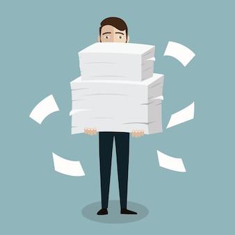 L'uomo d'affari tiene il mucchio delle carte dell'ufficio