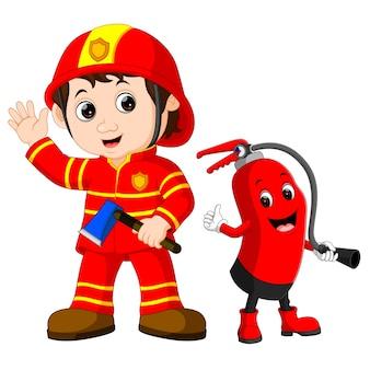 L'uomo del pompiere di salvataggio tiene l'ascia di ferro