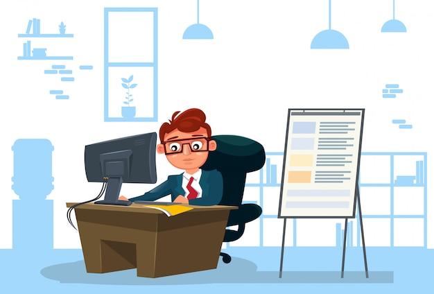 L'uomo di affari che lavora al computer si siede allo scrittorio sopra l'ufficio