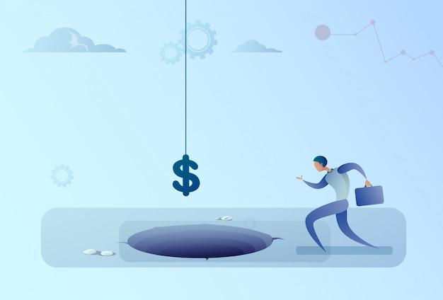 L'uomo di affari funziona al simbolo di dollaro che cade nel concetto di crisi di finanza del foro