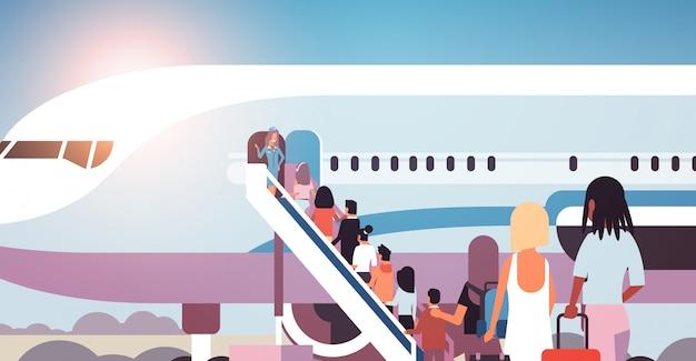 La coda di viaggiatori viaggiatori con bagagli andando a piano corsa mix vista posteriore passeggeri salire la scala per salire a bordo di aerei imbarco illustrazione vettoriale concetto di viaggio