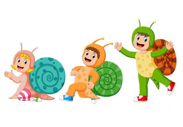 La collezione dei bambini che indossano il costume di lumaca