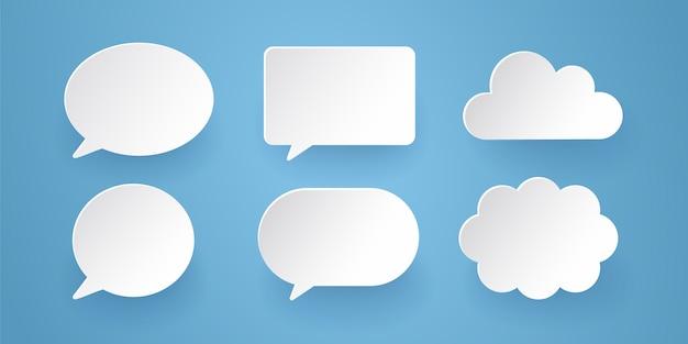 La comunicazione bolle nello stile di carta sui precedenti blu.