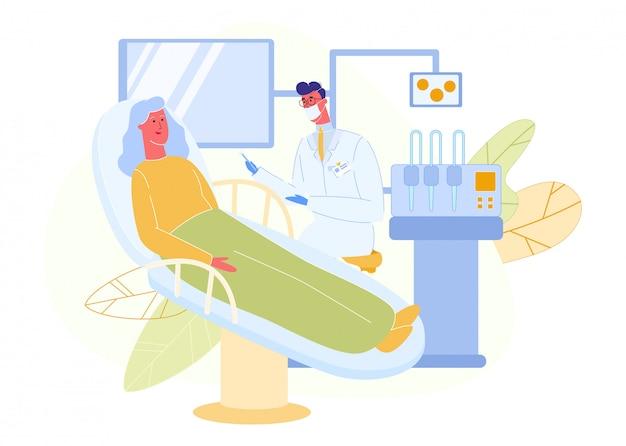 La donna anziana si siede sulla sedia del dentista in camice bianco.
