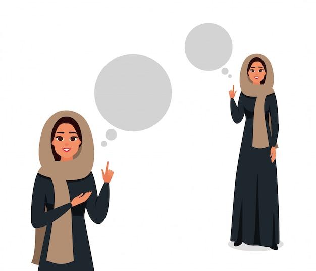 La donna araba che indossa una sciarpa e un abaya neri ha un'idea. ragazza saudita sorridente che mostra al fumetto qui sopra. illustrazione vettoriale di persona femminile di affari musulmani.