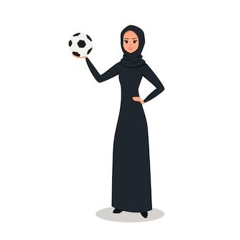 La donna araba tiene un pallone da calcio