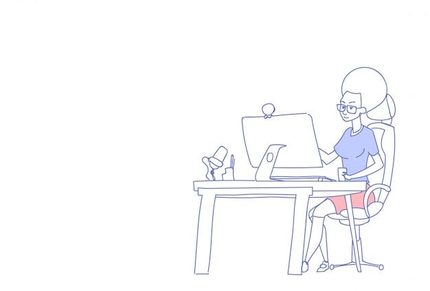 La donna di affari che per mezzo del computer si siede l'orizzontale femminile del carattere di scarabocchio di processo di funzionamento bevente del caffè del capo della donna del posto di lavoro della scrivania